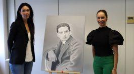 La pintora María Suárez junto a Guacimara Medina y el retrato de Tomás Morales